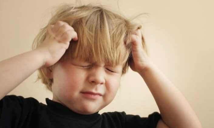 little boy itching head from head lice